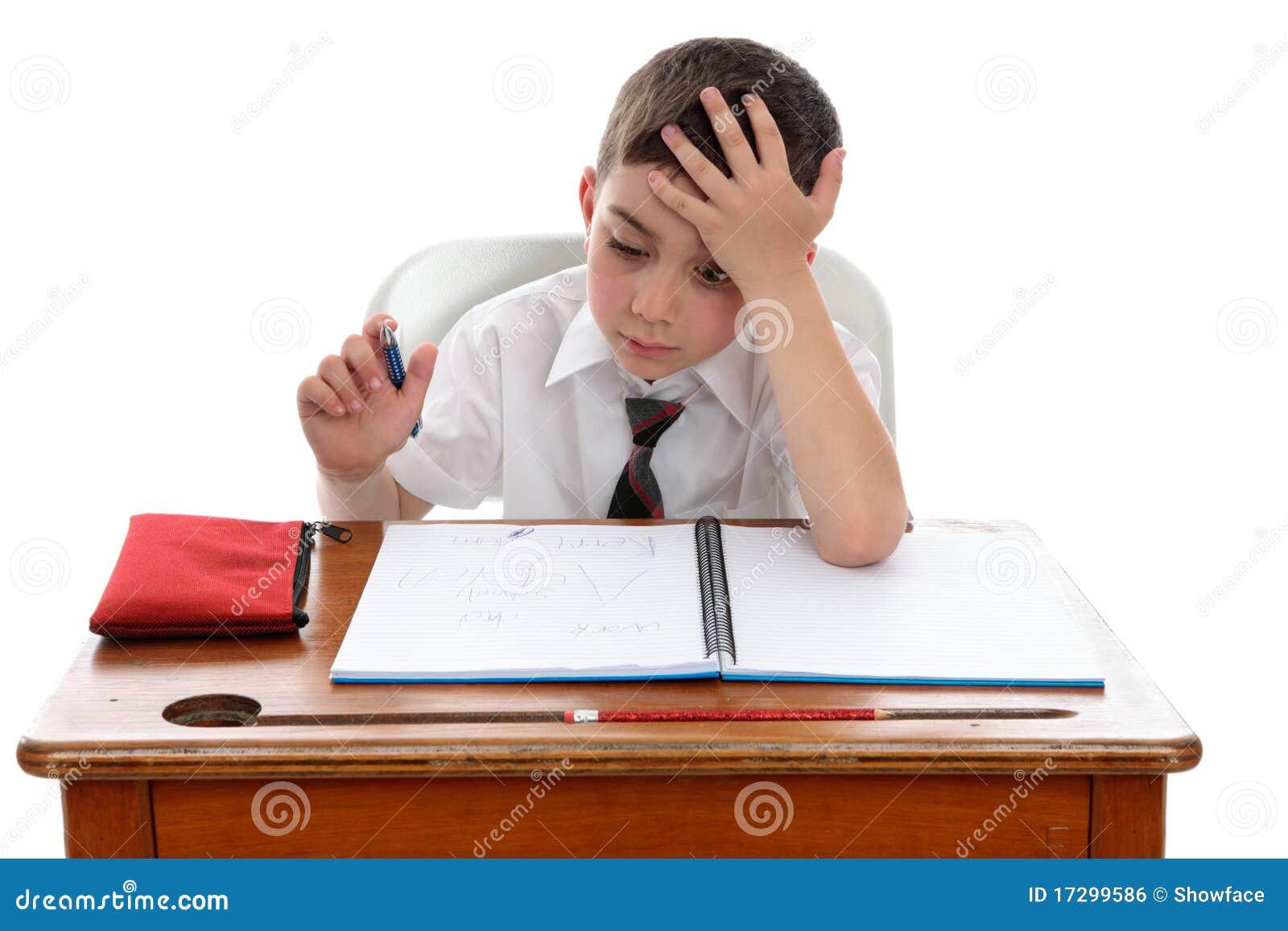 Thinkinhg de garçon au bureau d école