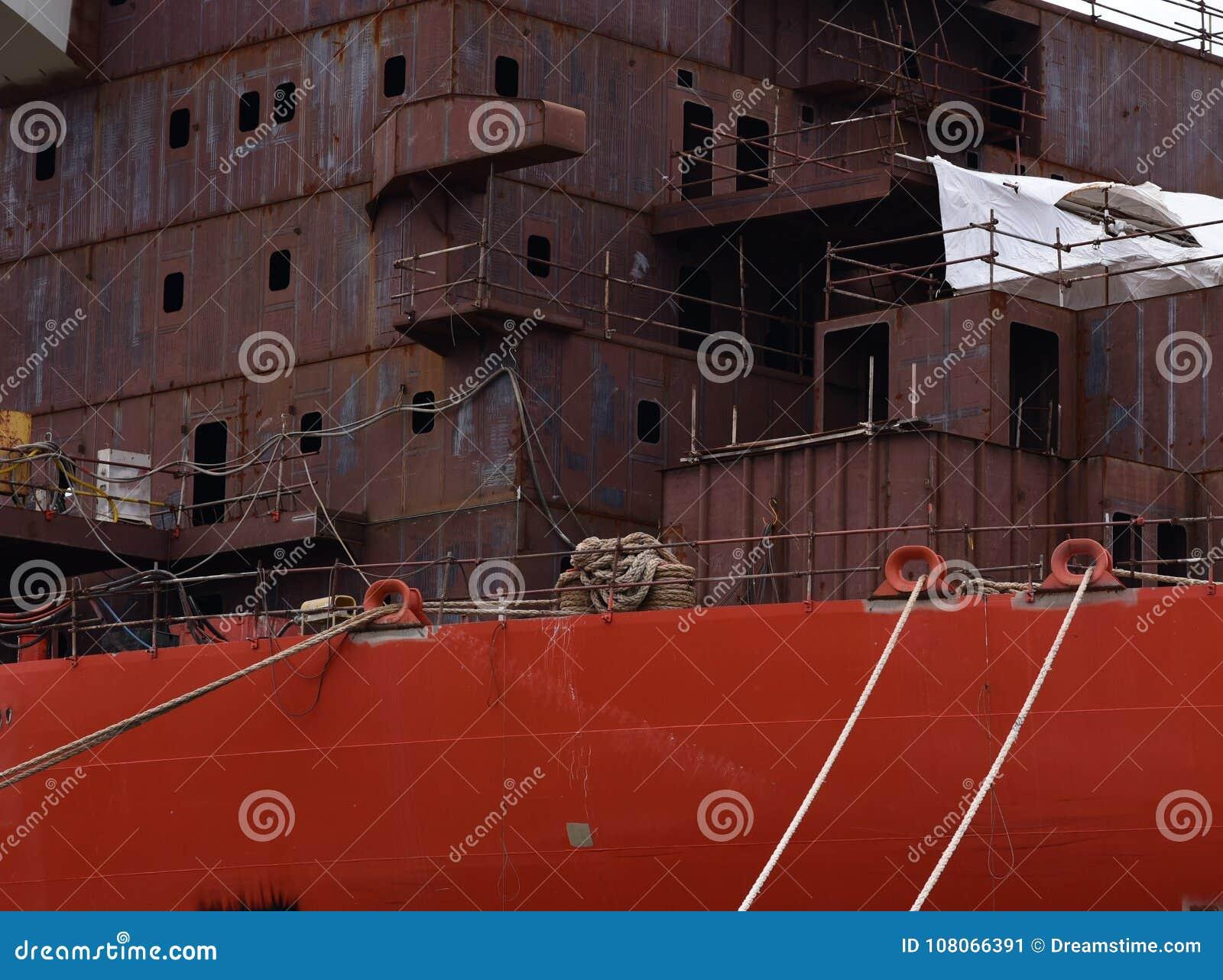 Thkontraktion des großen Schiffs im Hafen in der Stadt von Pula kroatien