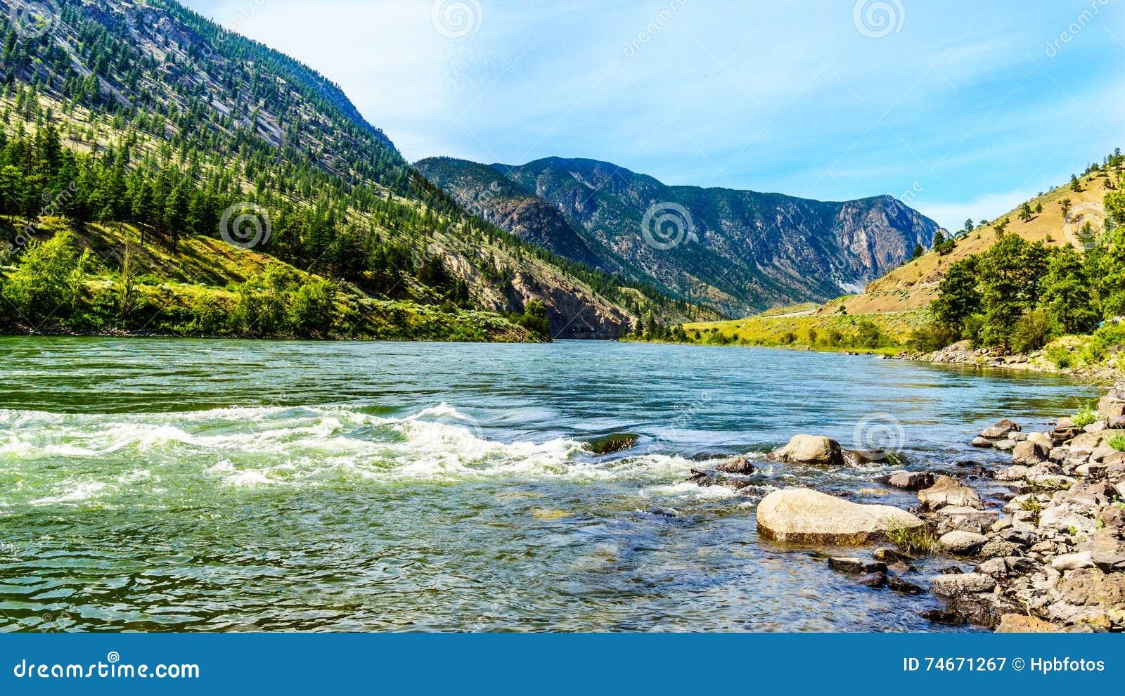 Thompson rzeka z swój wiele gwałtownymi płynie przez jaru przy Goldpan prowincjonału parkiem