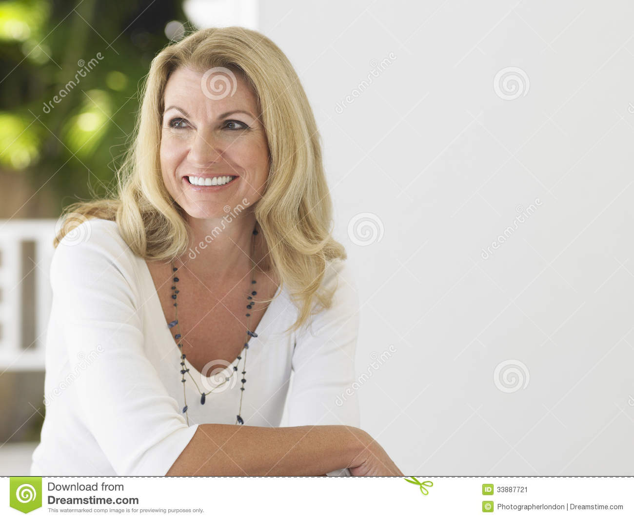 Guia Do Perder gordura thoughtful-happy-middle-aged-woman-looking-away-smiling-sitting-verandah-33887721