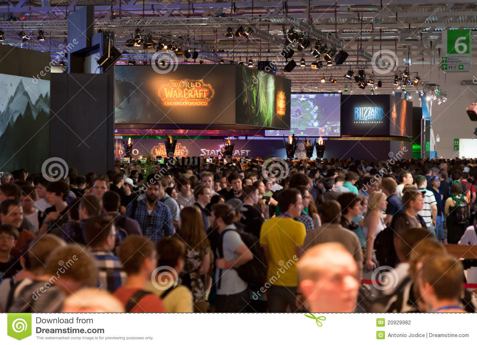 Thousands gamers at Gamescom 2011