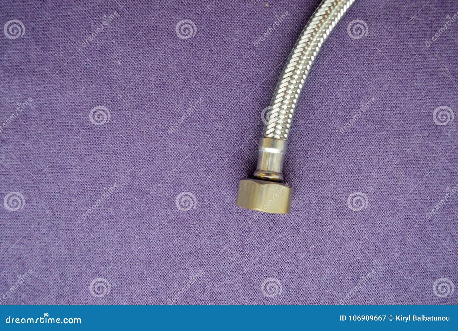Threaded klepnięcie, zbrojony, srebny wąż elastyczny na purpurowym tle,