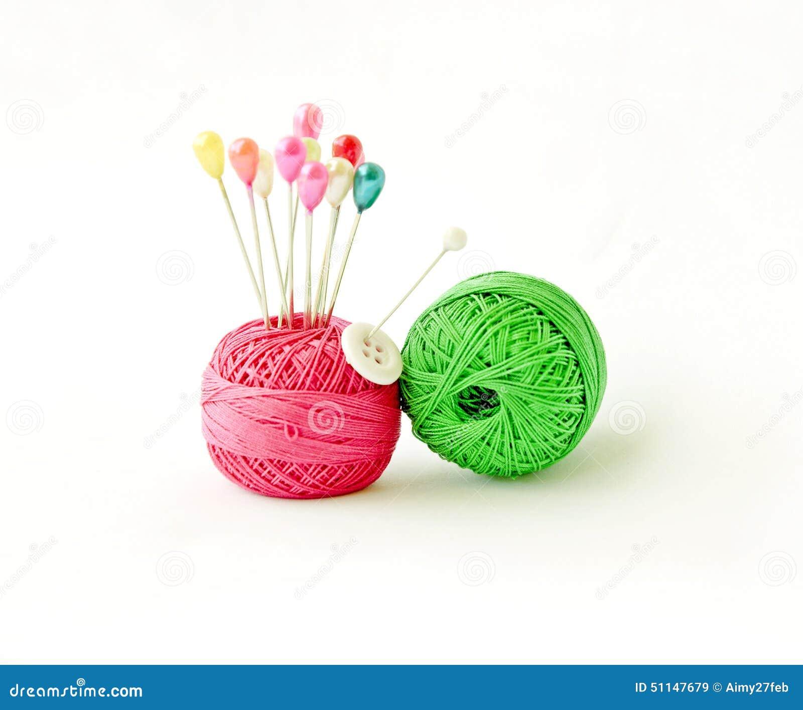 Threads und Stift von einem weißen Hintergrund