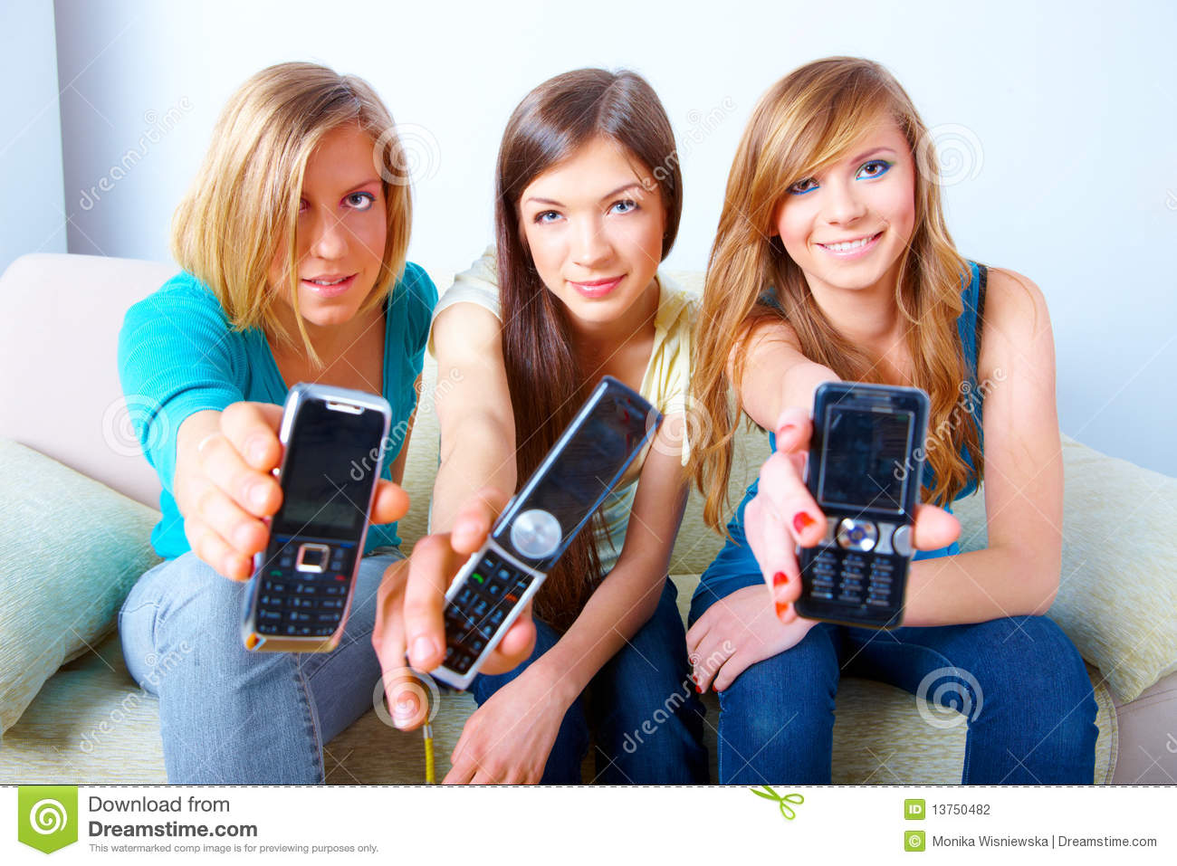 Three girls with mobile phones stock photo image 13750482 for Ladeblok wit 3 lades