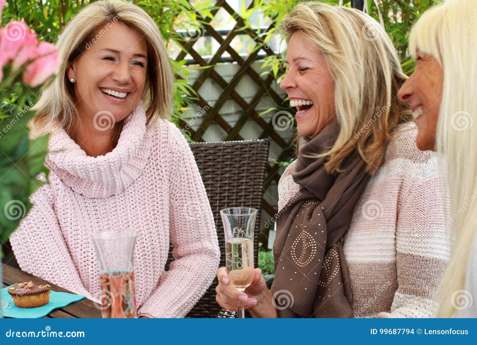 Amigas Maduras three mature girlfriends with glasses of sparkling wine