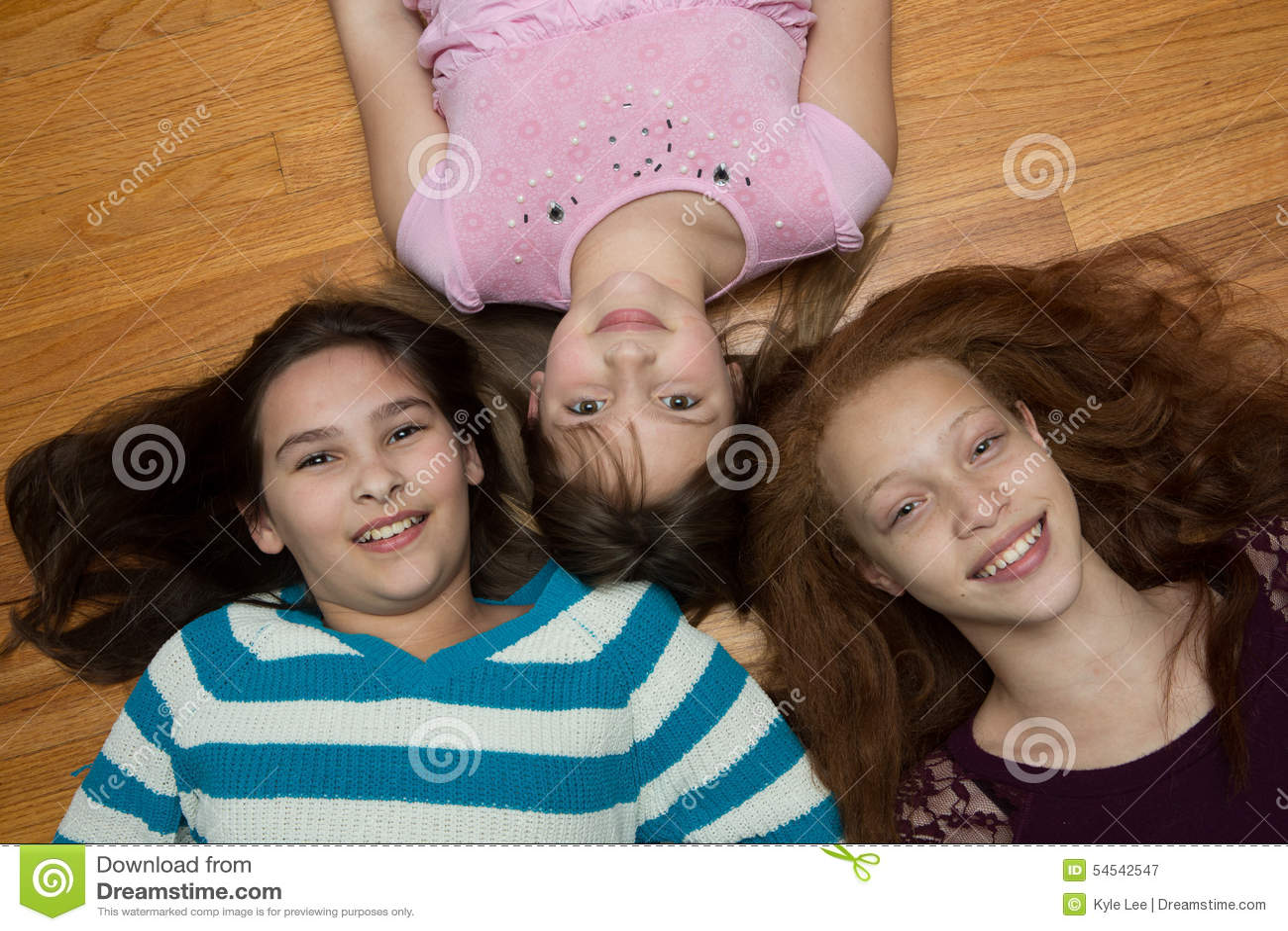 Девушка с тремя детьми фото