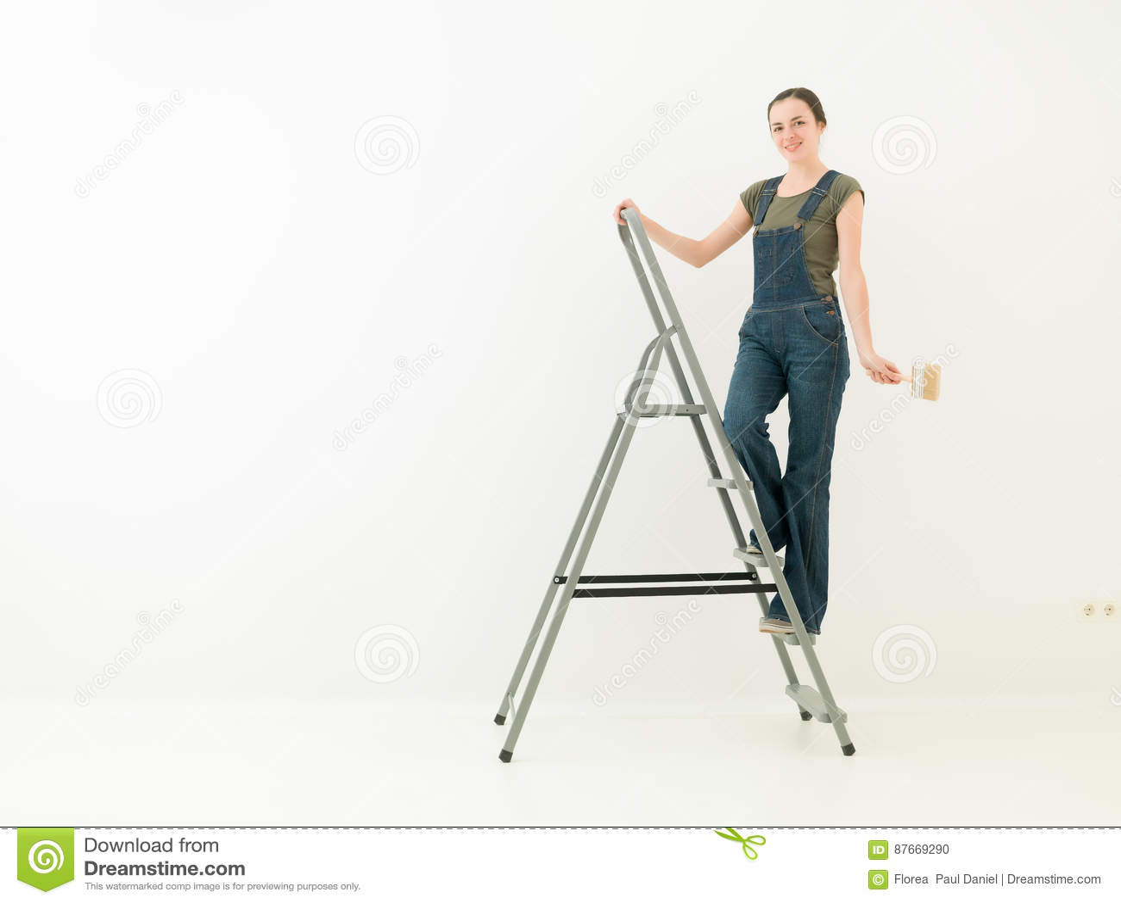 Thuiswerkmeisje op een ladder