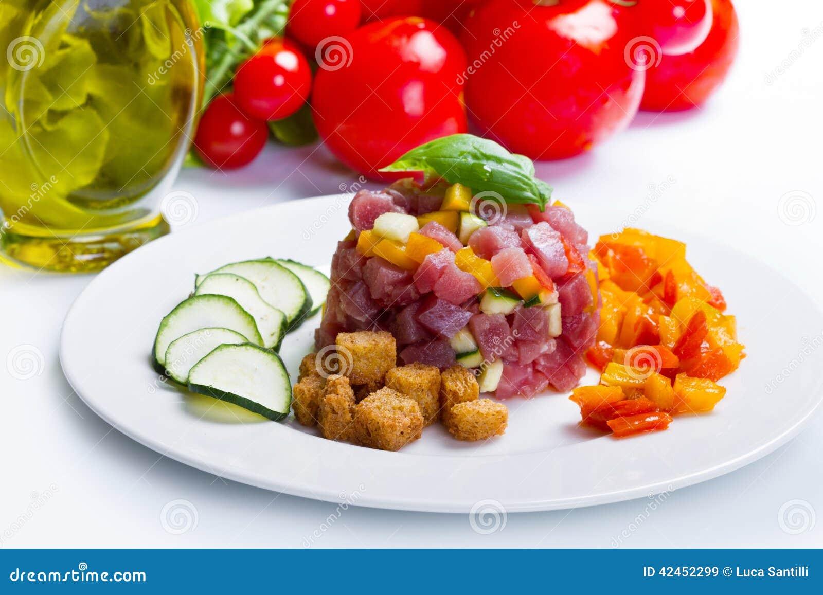 Thunfischweinstein mit frischer Zucchini und Pfeffer