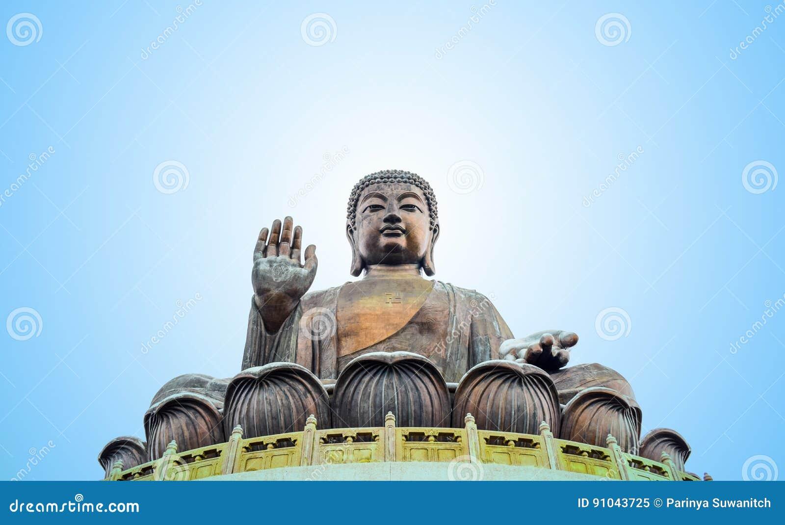 Tian Garbnikuje Buddha statueat wysoką górę blisko Po Lin monasteru, Lantau wyspa, Hong Kong