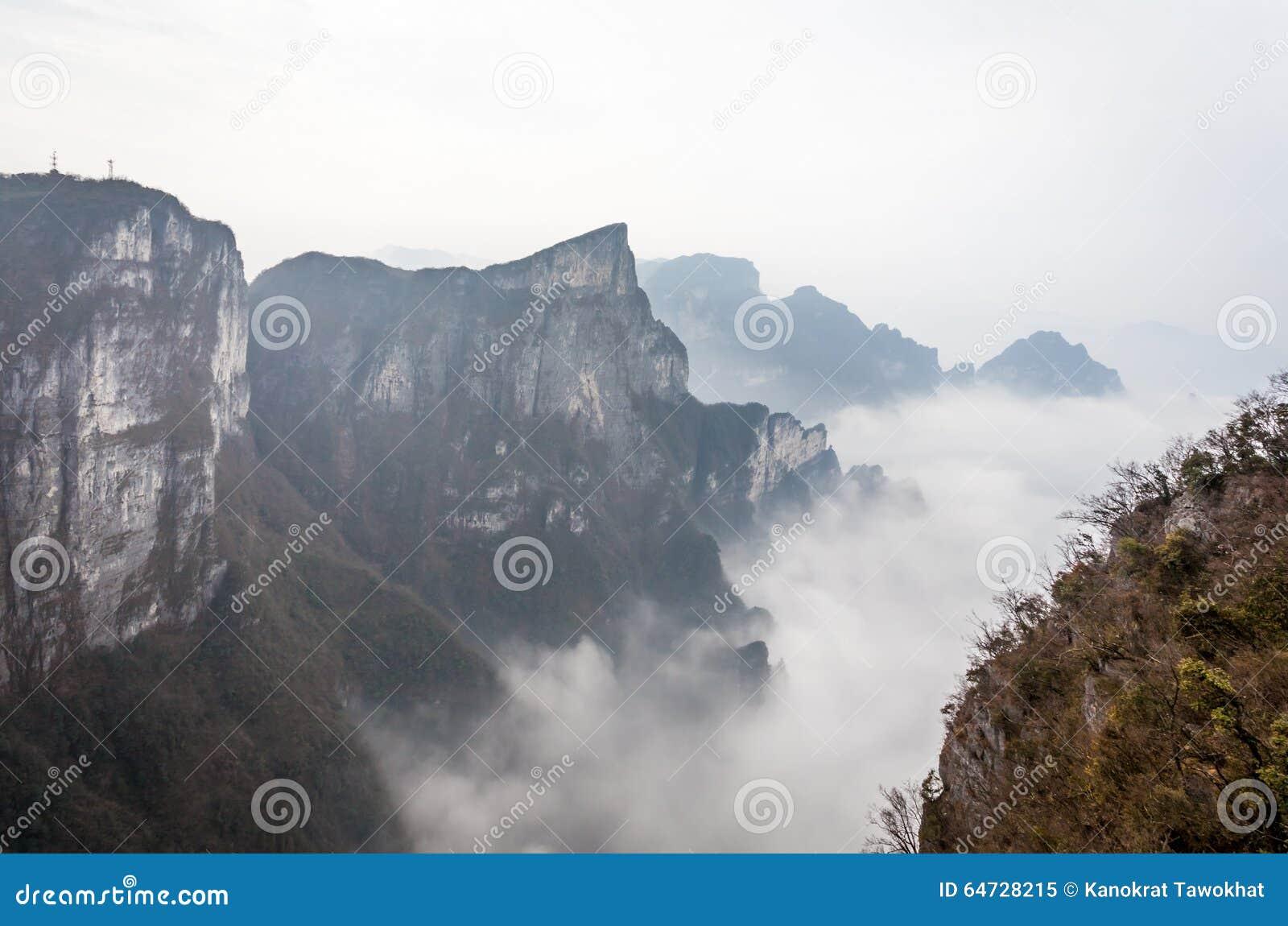 Tian Men Mountains nuvoloso a Zhangjiajie con tessuto pregante rosso
