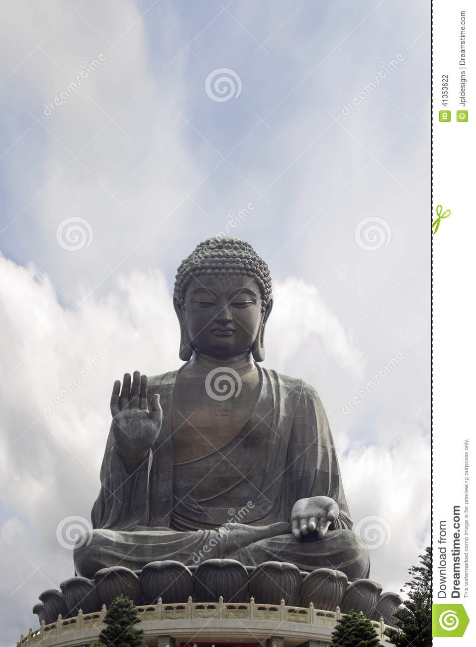 Tian Tan Buddha Sitting en Lotus Throne Closeup