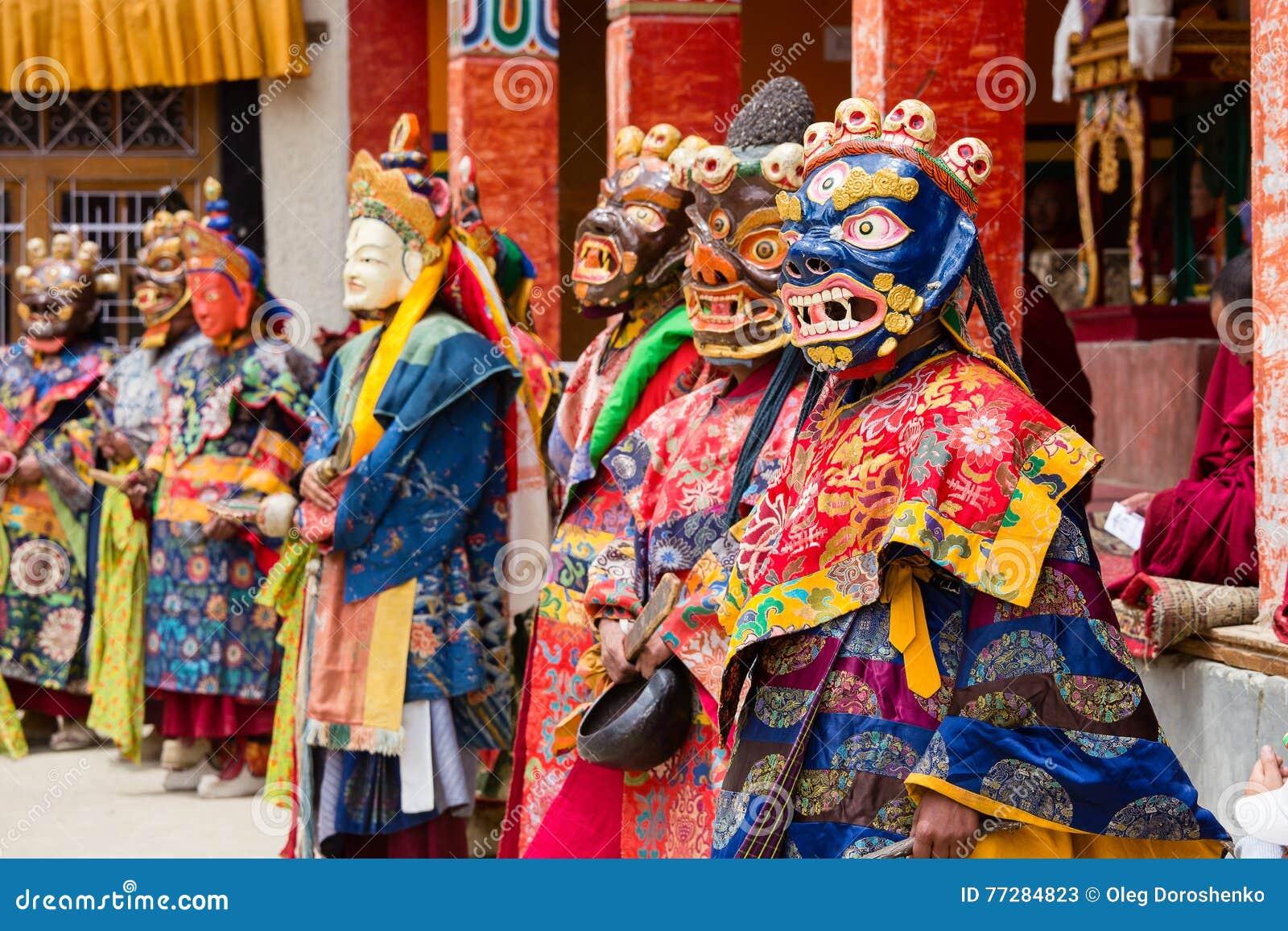 333750f40 LAMAYURU, INDIA - JUNE 13, 2015: Unidentified buddhist lamas dressed in  mystical mask dancing Tsam mystery dance in time of Yuru Kabgyat Buddhist  festival ...