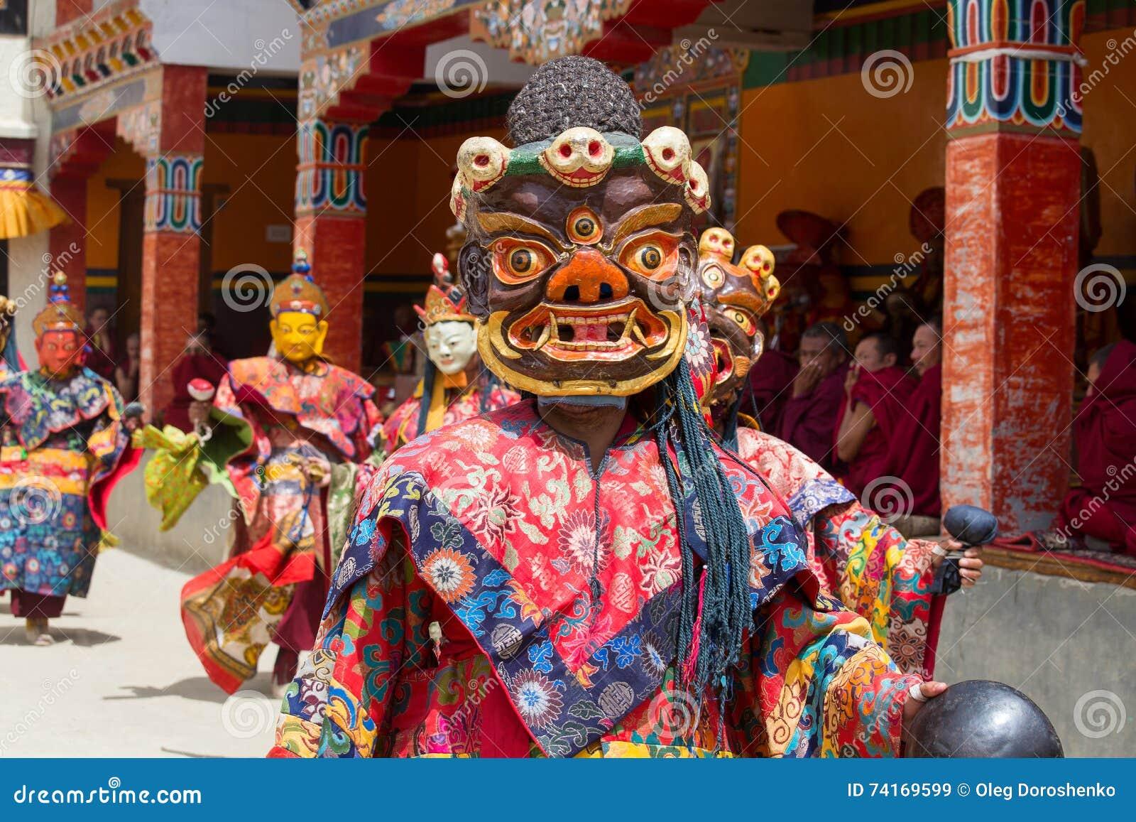 333708f82 LAMAYURU MONASTERY, INDIA - JUNE 13, 2015 : buddhist lamas dressed in  mystical mask dancing Tsam mystery dance in time of Yuru Kabgyat Buddhist  festival at ...