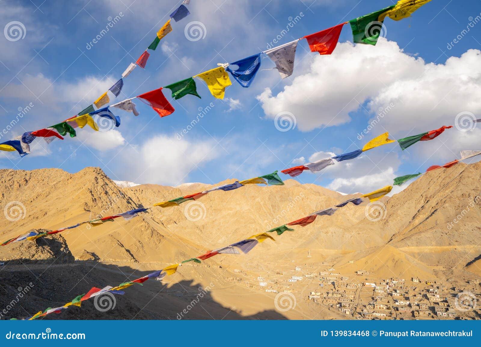 Tibetana flaggor för bön på den Leh slotten med den bästa sikten för Leh stad, Leh Ladakh, Indien