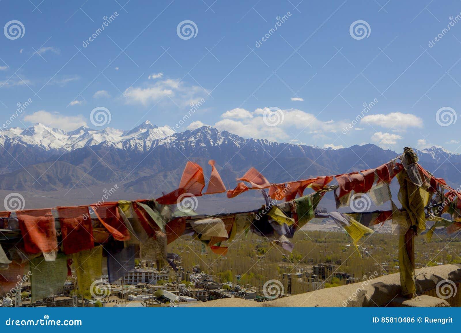 Tibetanische Gebetsflaggen beim großartigem Gebirgs-Landschaft Himalaja-Streckenhintergrund, bei Leh-Ladakh, bei Jammu u. bei Kas