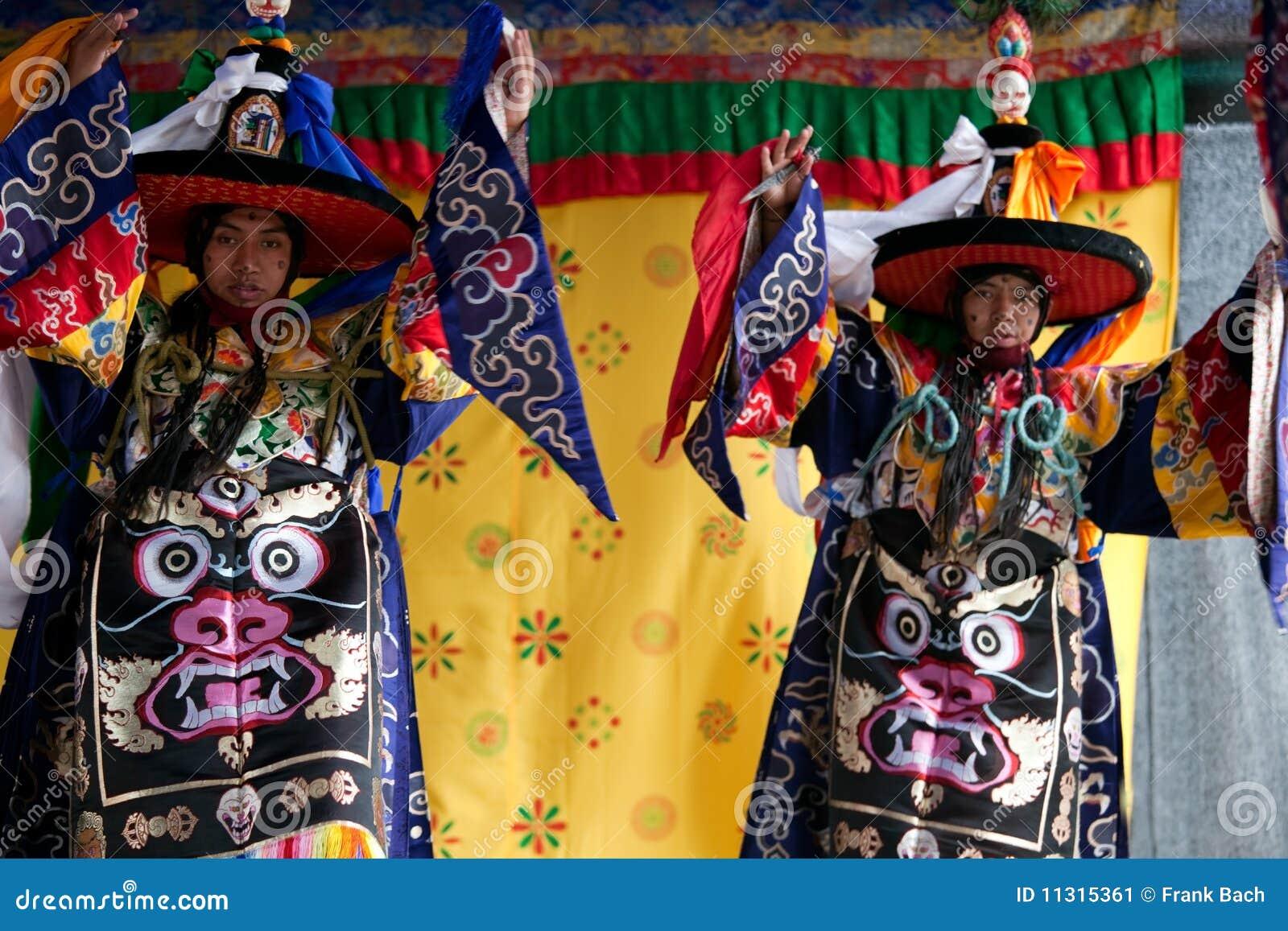 Tibetanische Tänzer, die an der Stufe durchführen