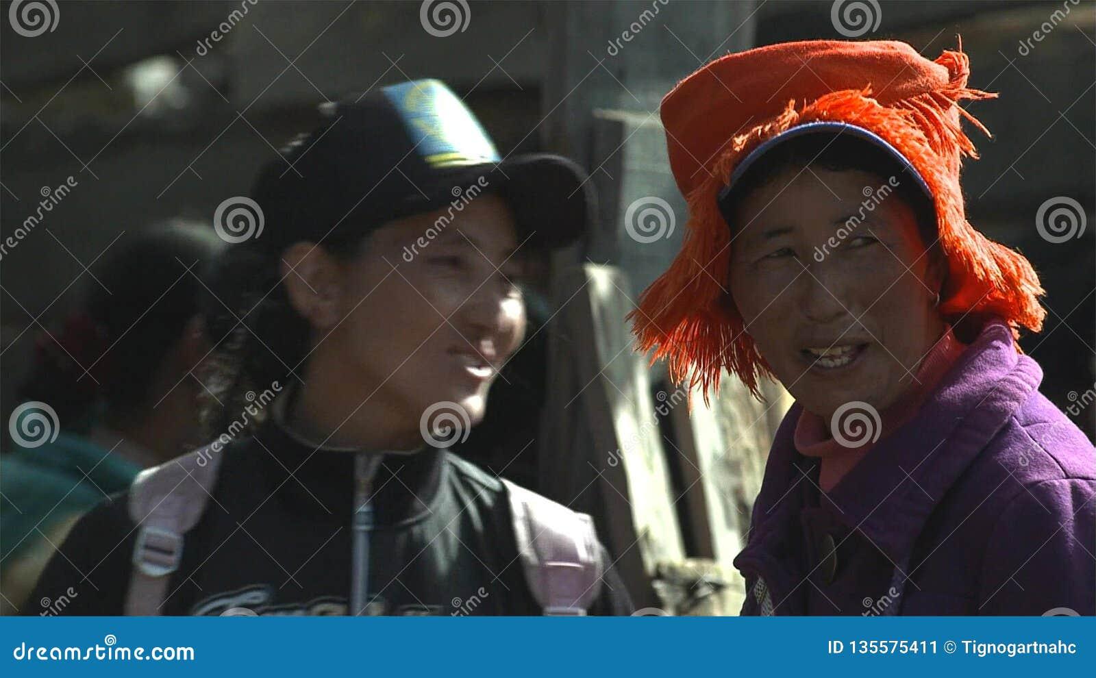 Tibetanskvinnan i den Jidi byn, sitter i mitten av matsutakeproduktionområdet i Shangri-La yunnan Kina