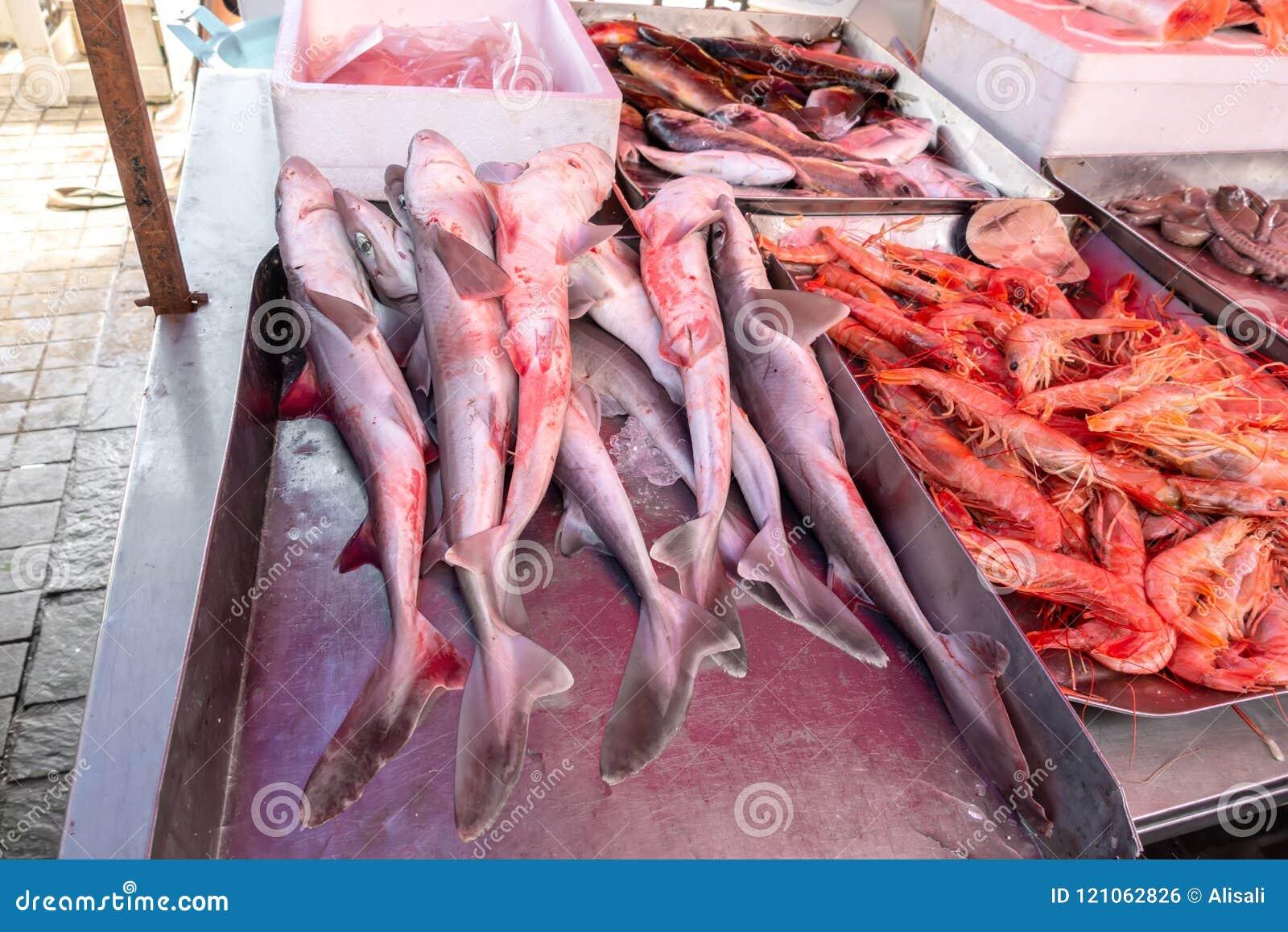 Tiburones y camarones en el mercado de pescados
