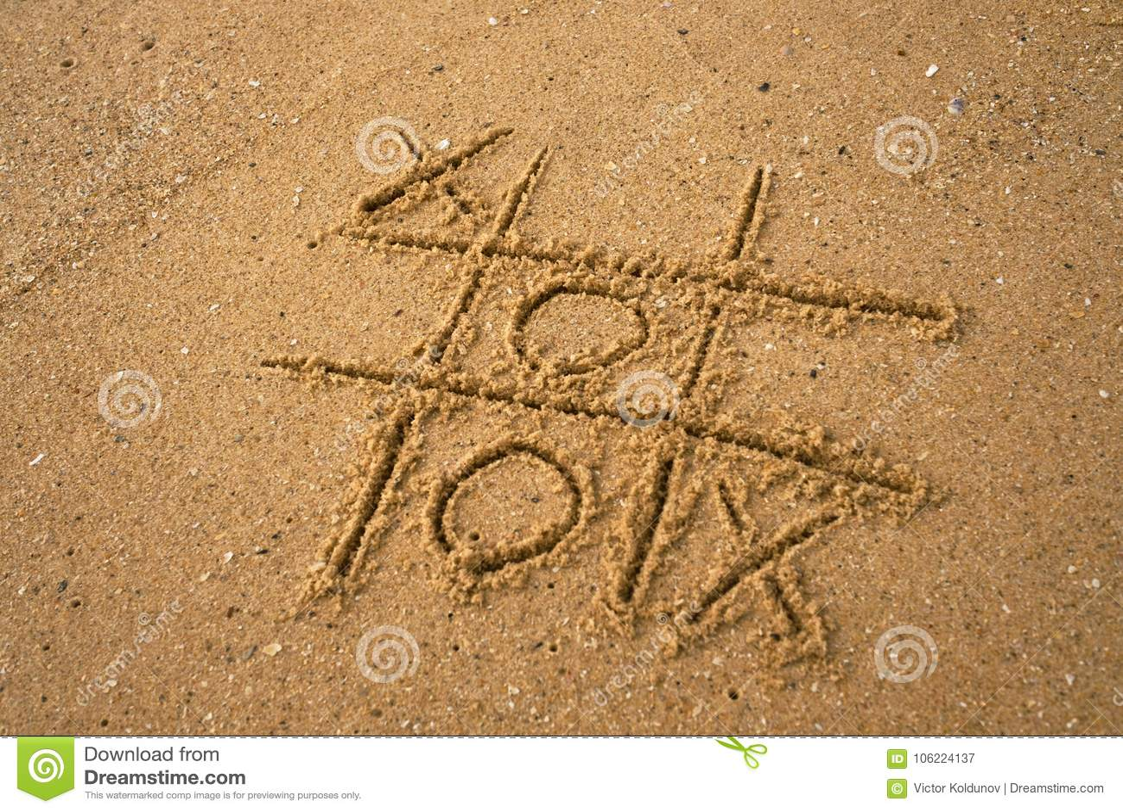 Tic-TAC-dito del piede che assorbe il fondo della sabbia