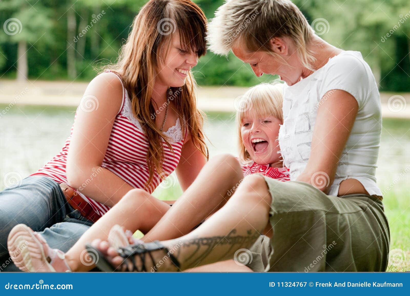 Tickling eins der Mädchen