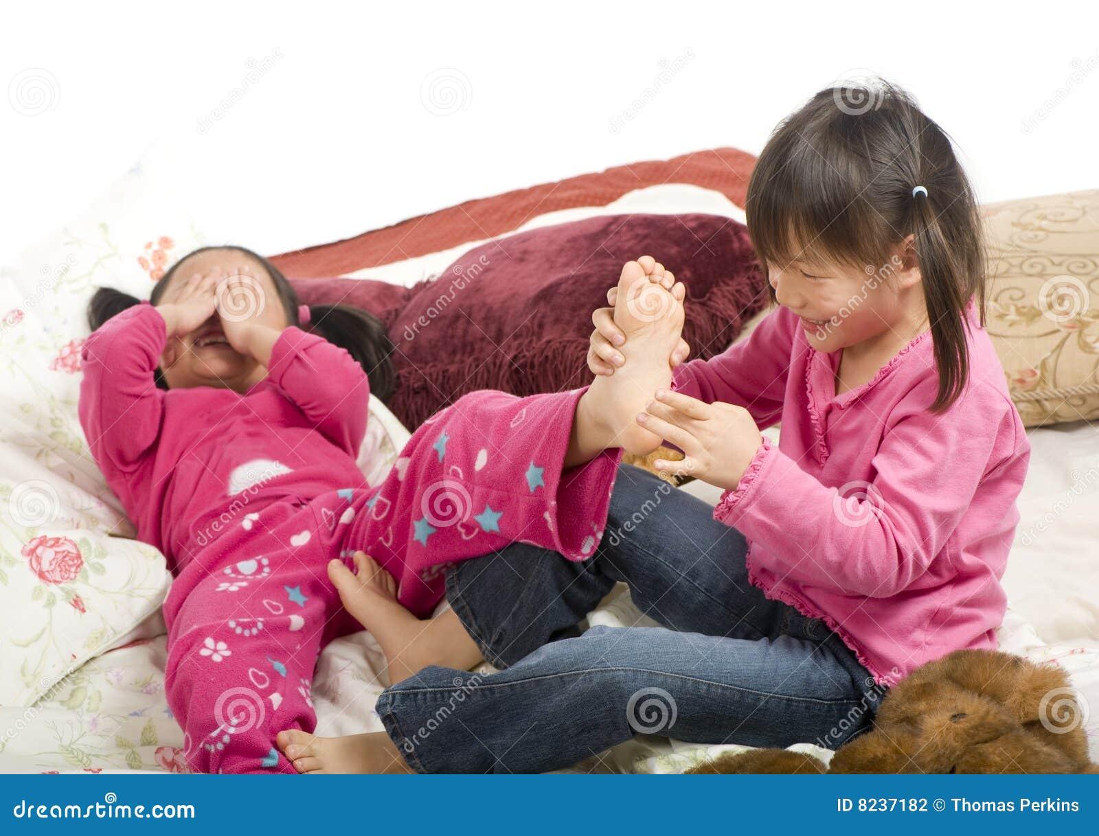 Щекотка ног у девушек 22 фотография