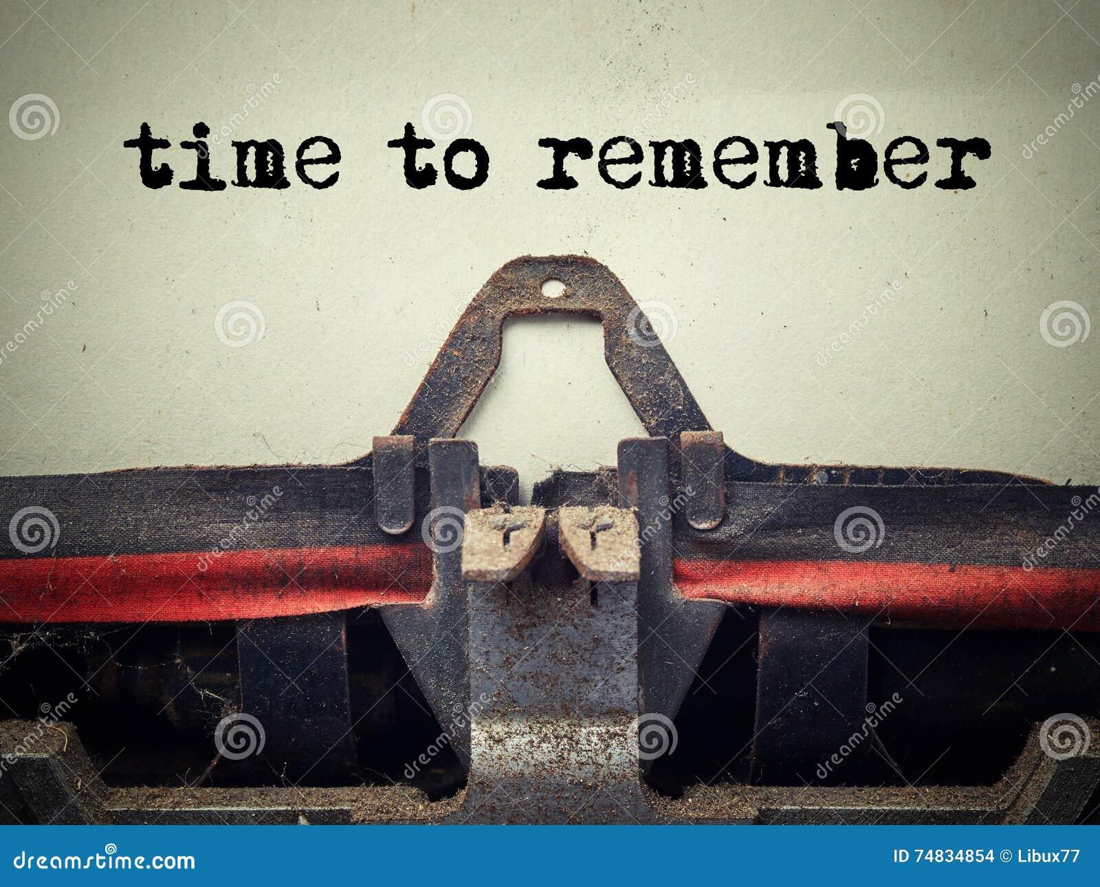 Tid som minns text på den gamla skrivmaskinen som täckas med damm