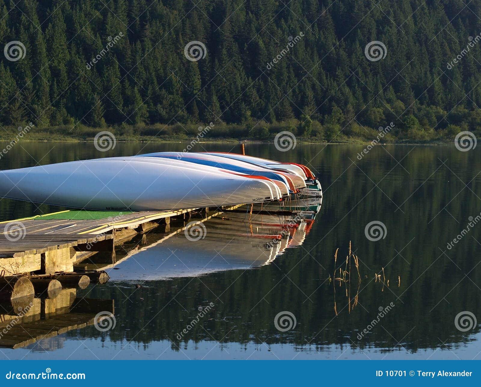 Tidig ljus morgon för kanoter