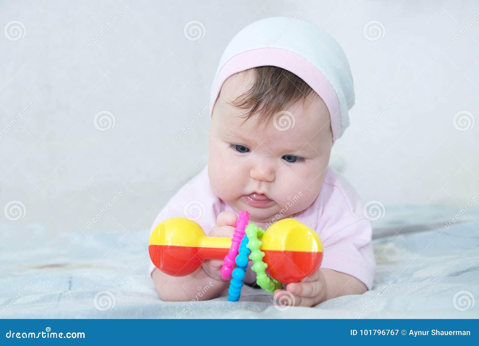 Tidiga Brain Development koncentrerat behandla som ett barn lite flickan som spelar med pladder