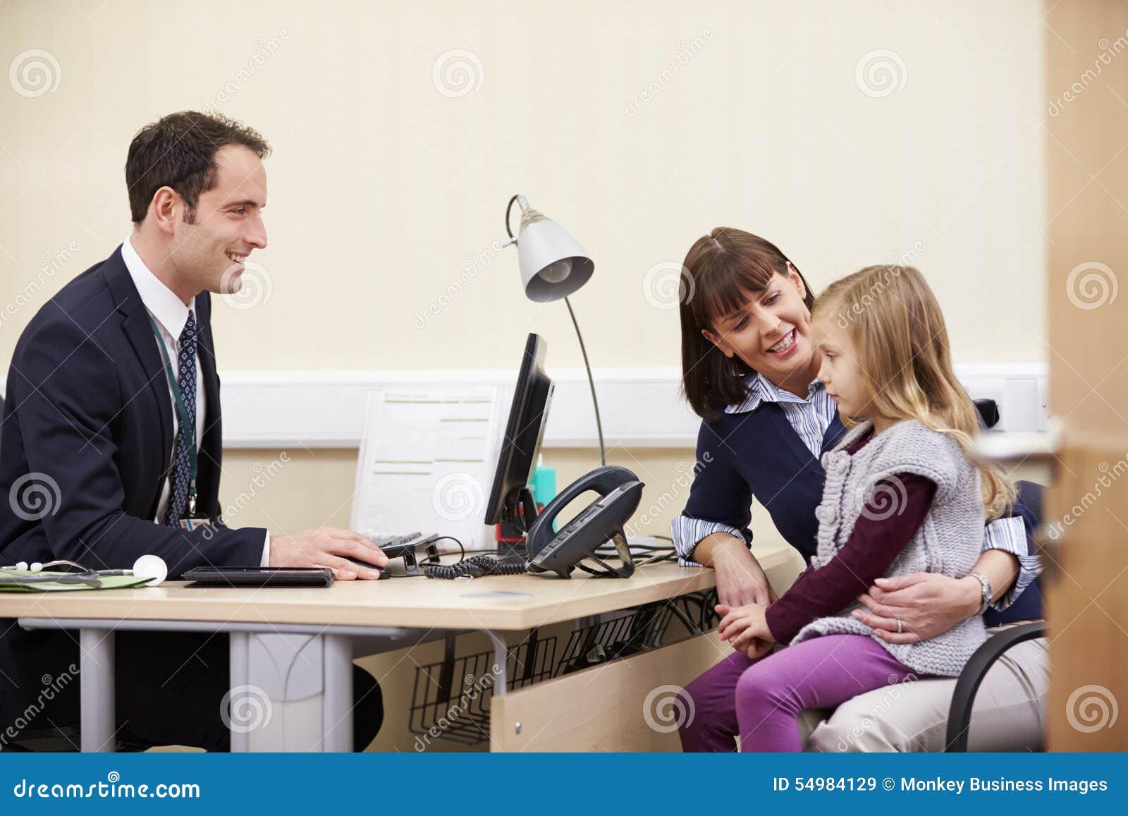 Tidsbeställning för moder och dotter med doktorn