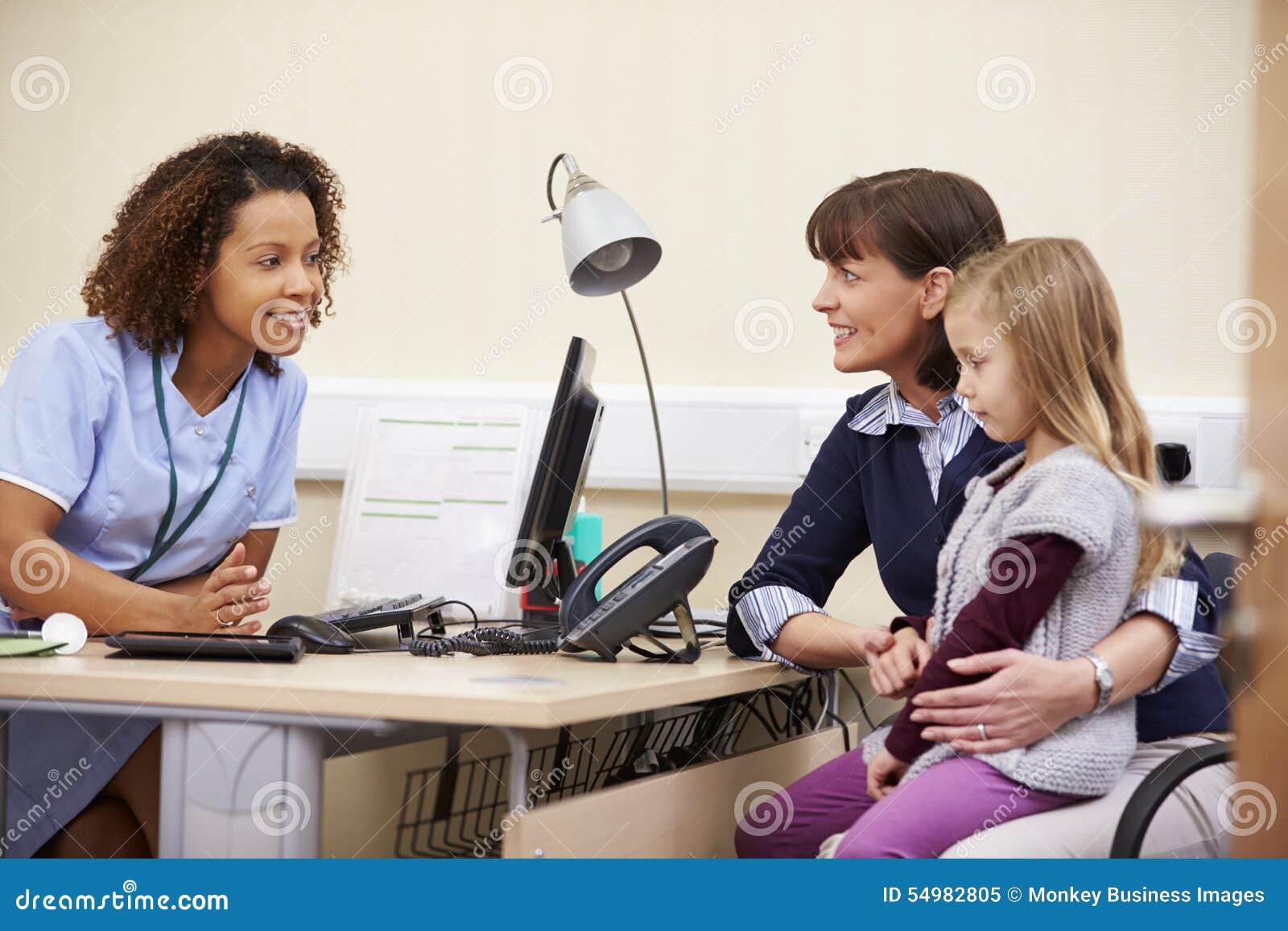 Tidsbeställning för moder och dotter med sjuksköterskan