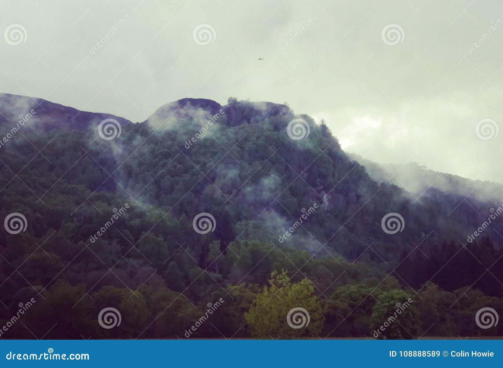 Tiefe Wolke auf schottischen Hügeln