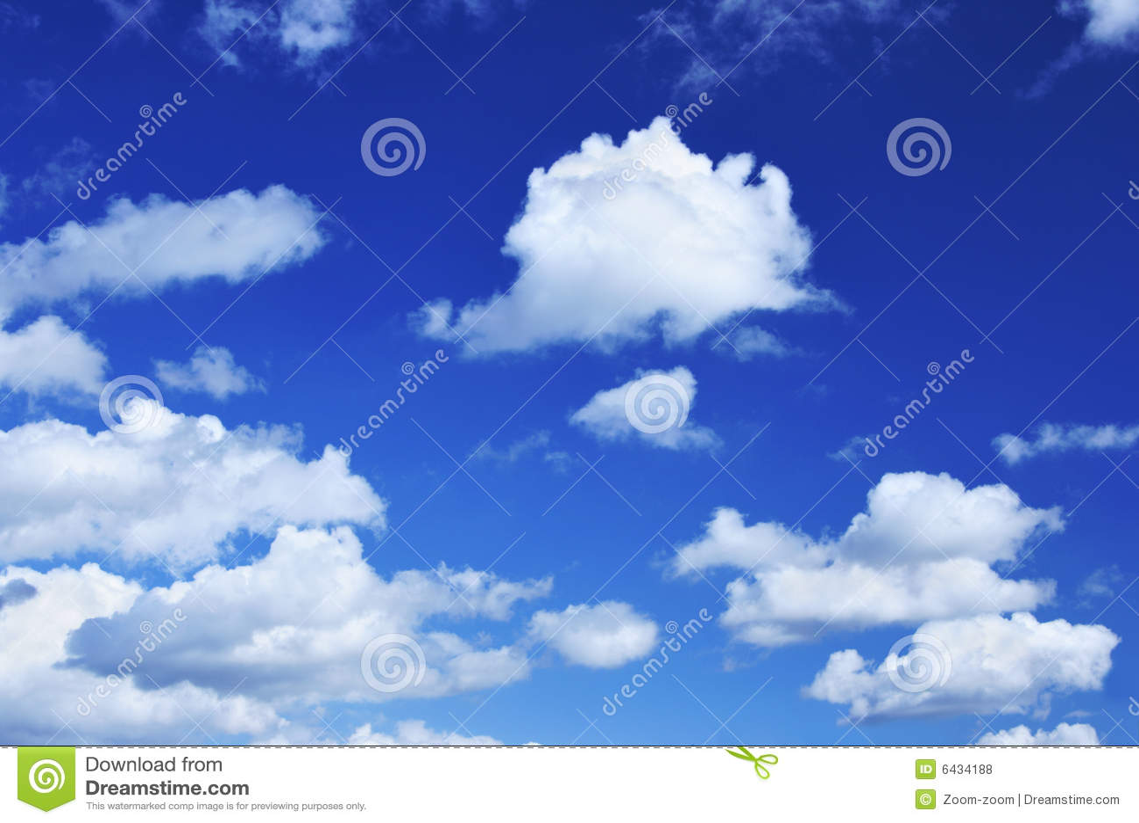 Tiefer Blauer Himmel Und Kleine Wolken Der Lots Stockfoto - Bild ...