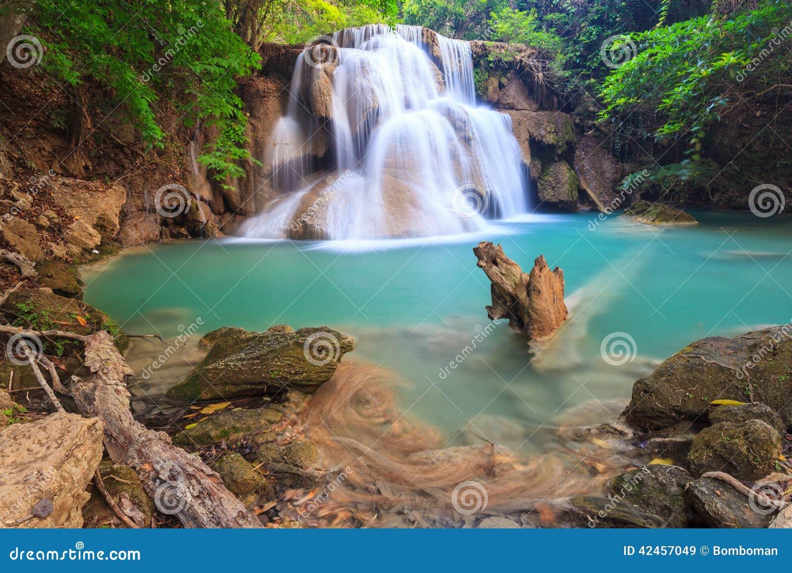Tiefer Waldwasserfall in Kanchanaburi (Huay Mae Kamin)