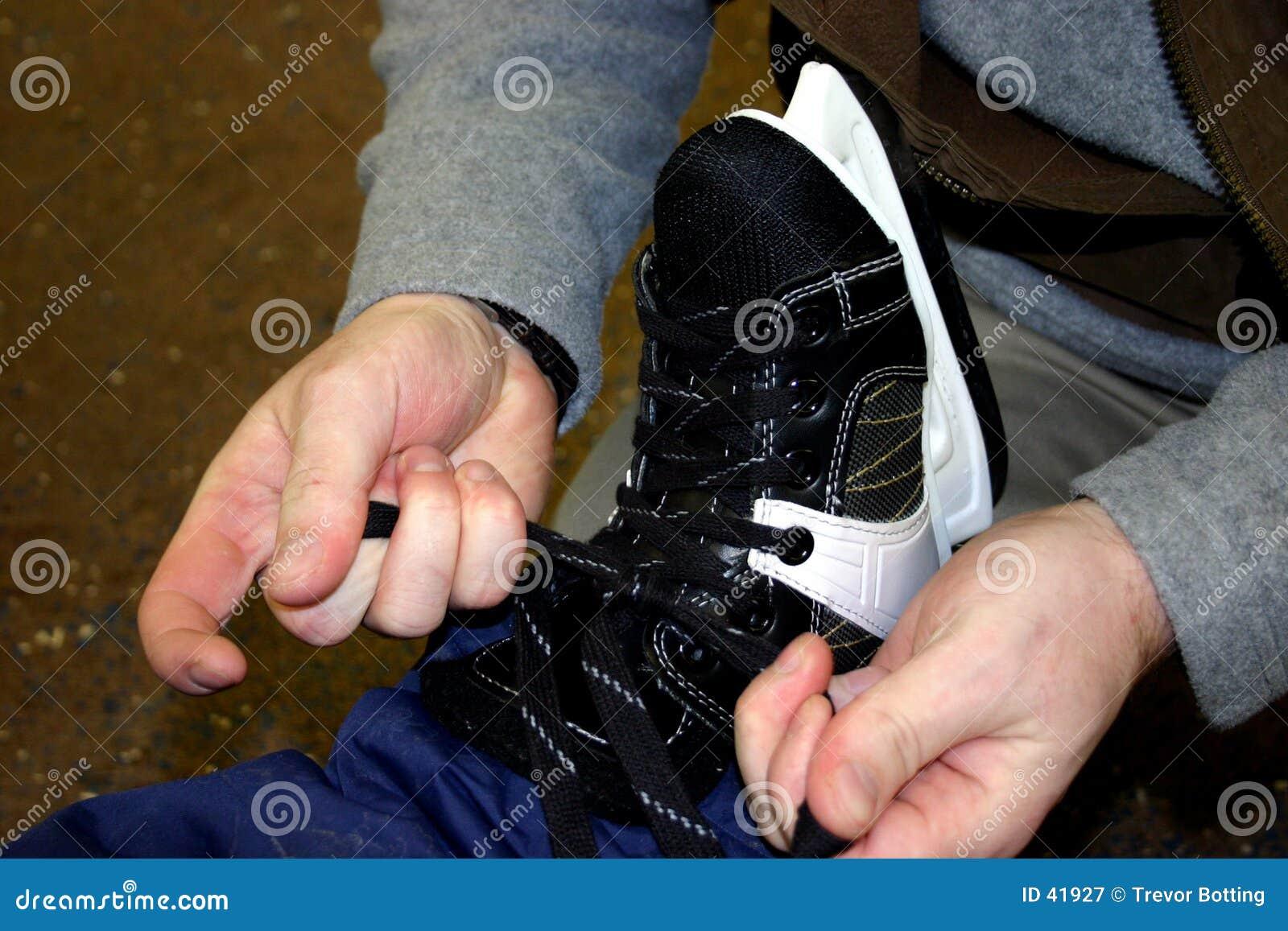 Tieing the skates