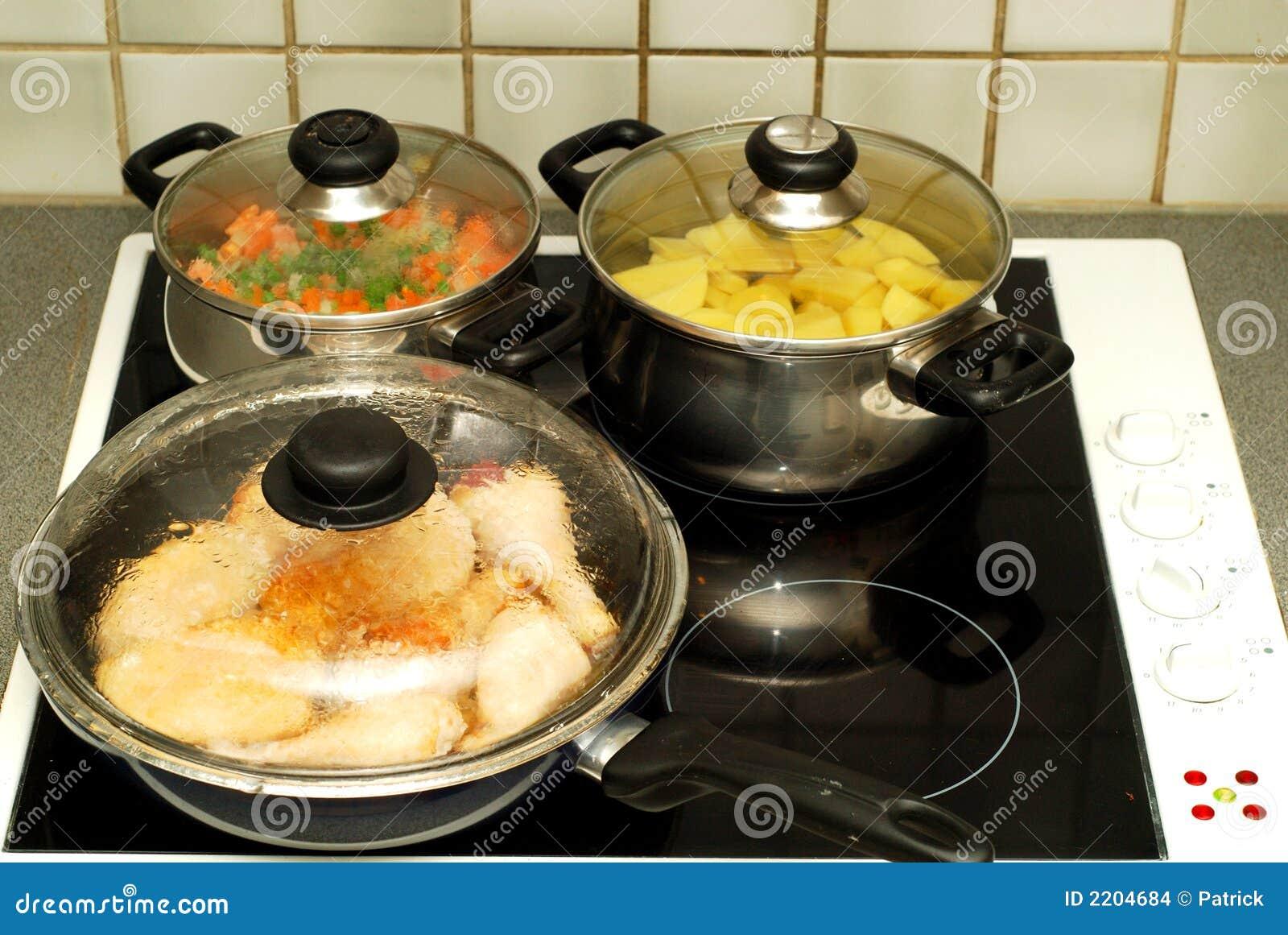 Cocinando   Tiempo De Cena Cocinando Foto De Archivo Imagen De Patata 2204684