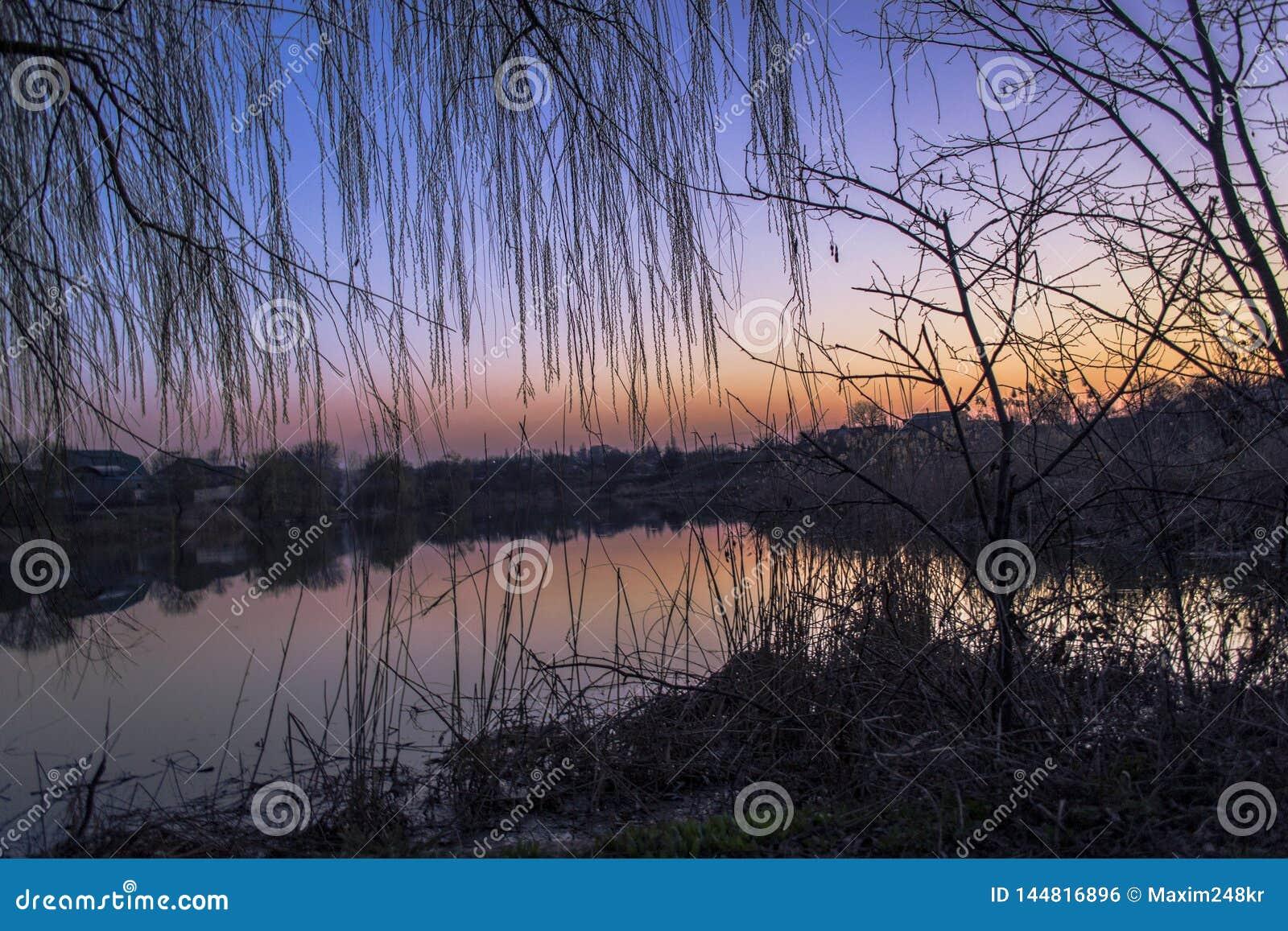 Tiempo de la primavera en el río
