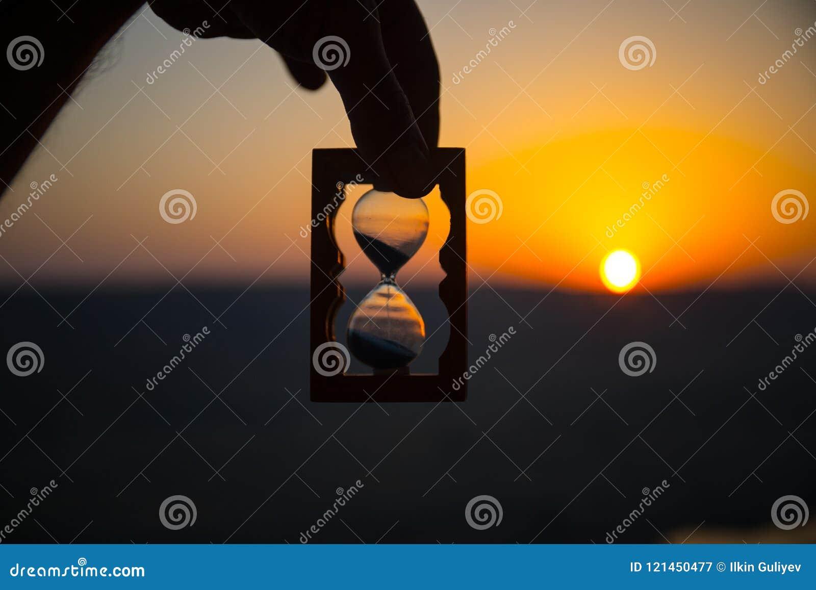 Tiempo De La Vida Que Pasa Concepto Mano Que Sostiene El Reloj De