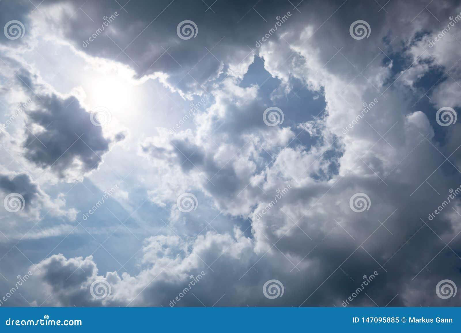 Tiempo del cielo muy nublado