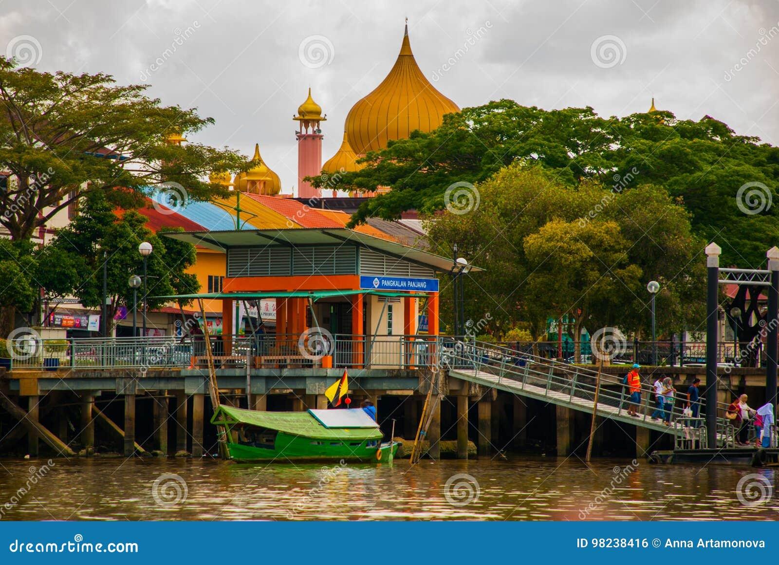 Tiempo del día de Mosqueat de la ciudad de Kuching, Sarawak, Malasia Masjid Bahagian