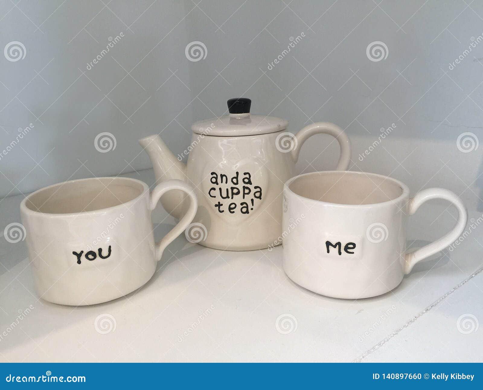 Tiempo del té con las tazas y el pote blancos modernos del té