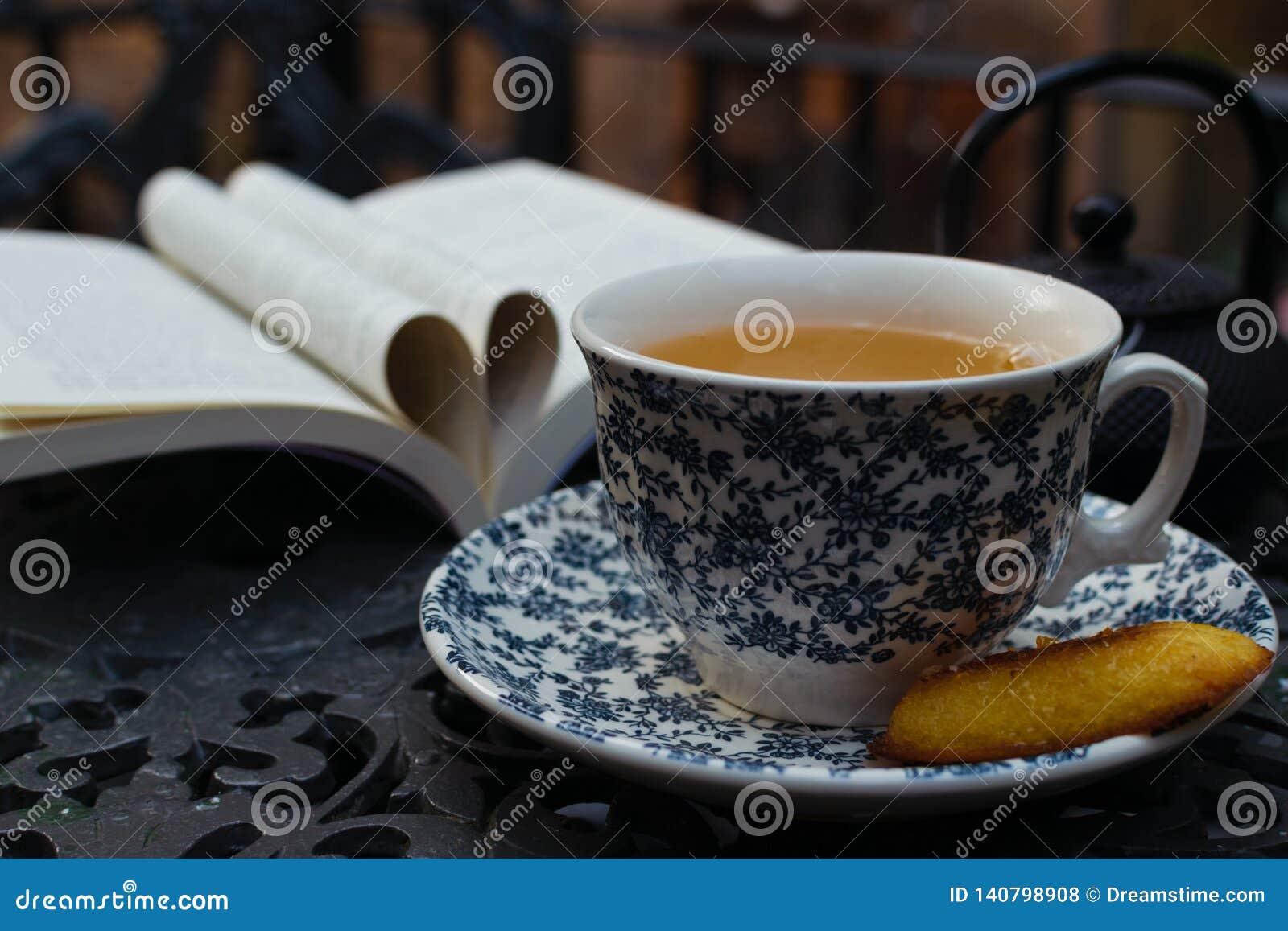 Tiempo del té taza de relajación de té verde del jazmin fondo del día del libro del mundo