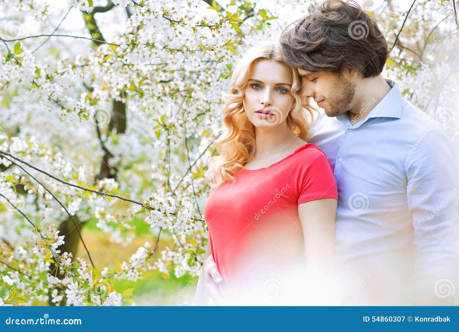 Tiempo libre casado del gasto de la pareja en la huerta