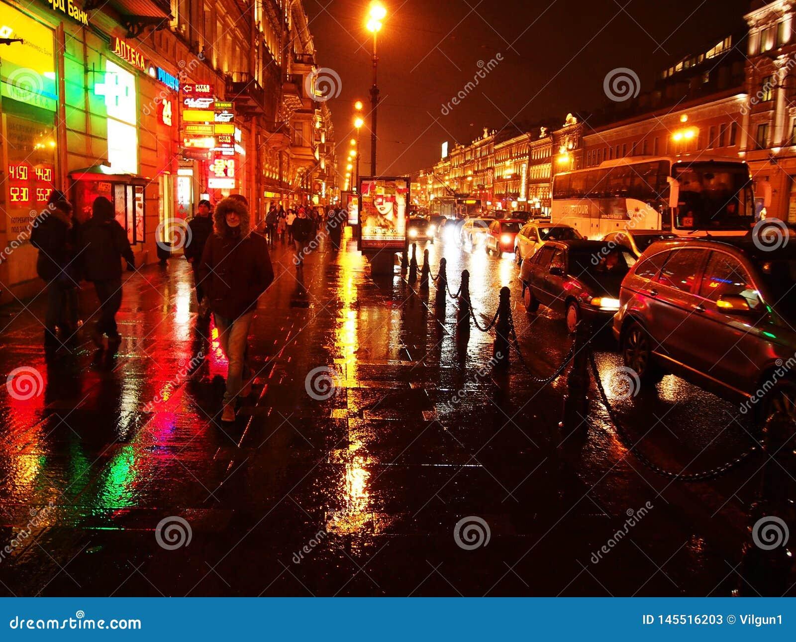 Tiempo lluvioso en St Petersburg Ciudad melanc?lica y lluviosa en el r?o de Neva Detalles y primer