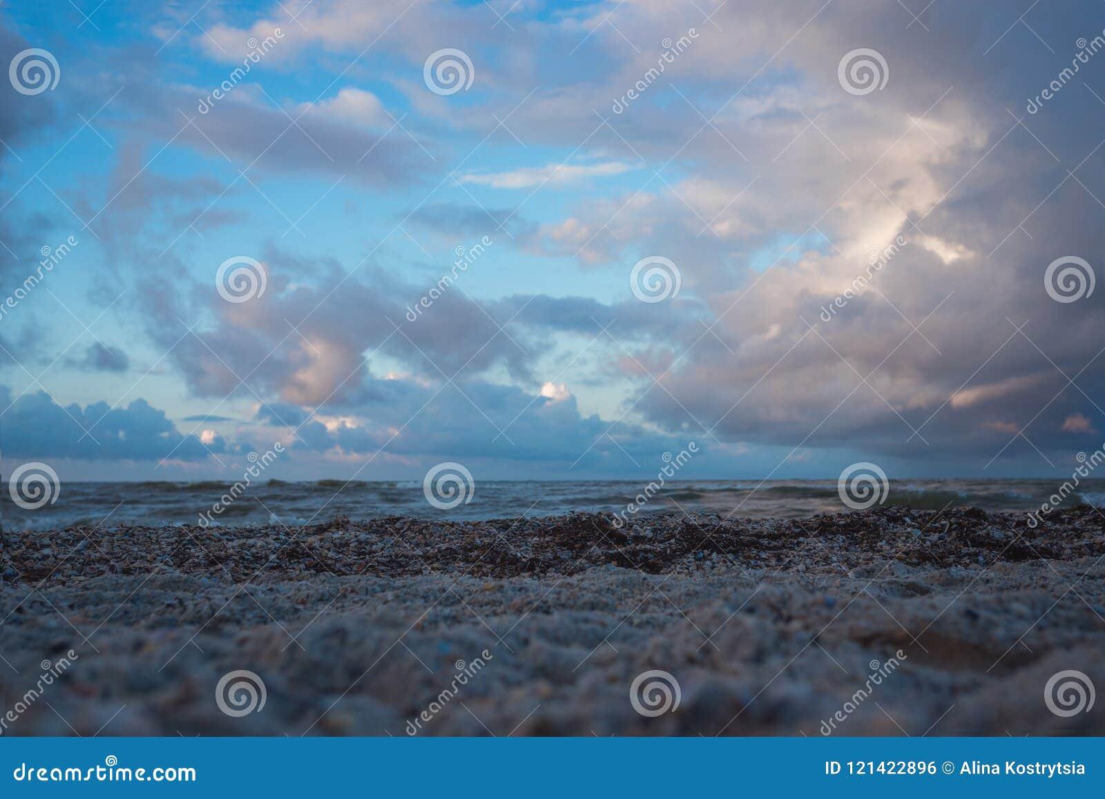Tiempo nublado en el mar con las nubes hermosas