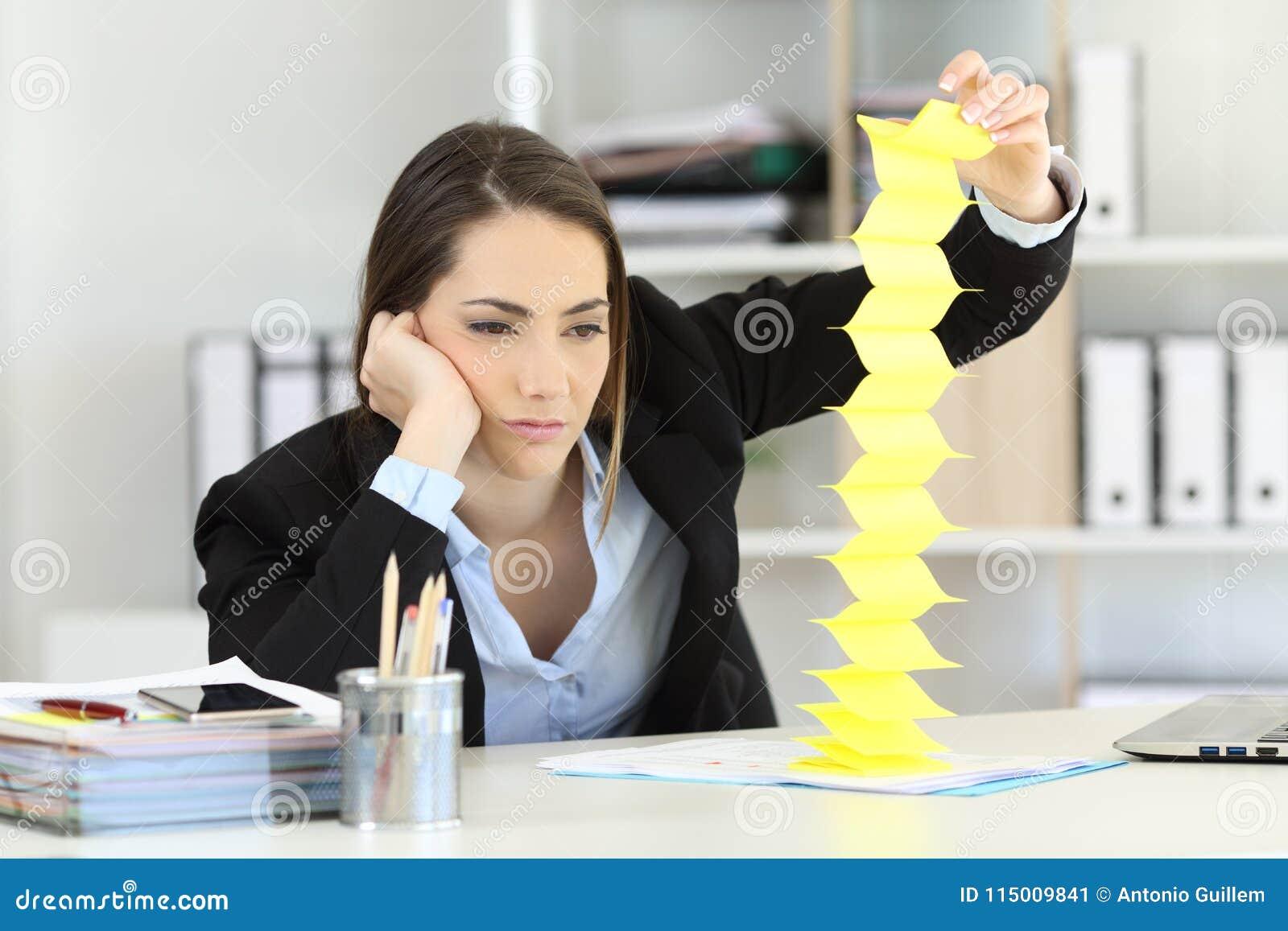 Tiempo que pierde ejecutivo agujereado en la oficina