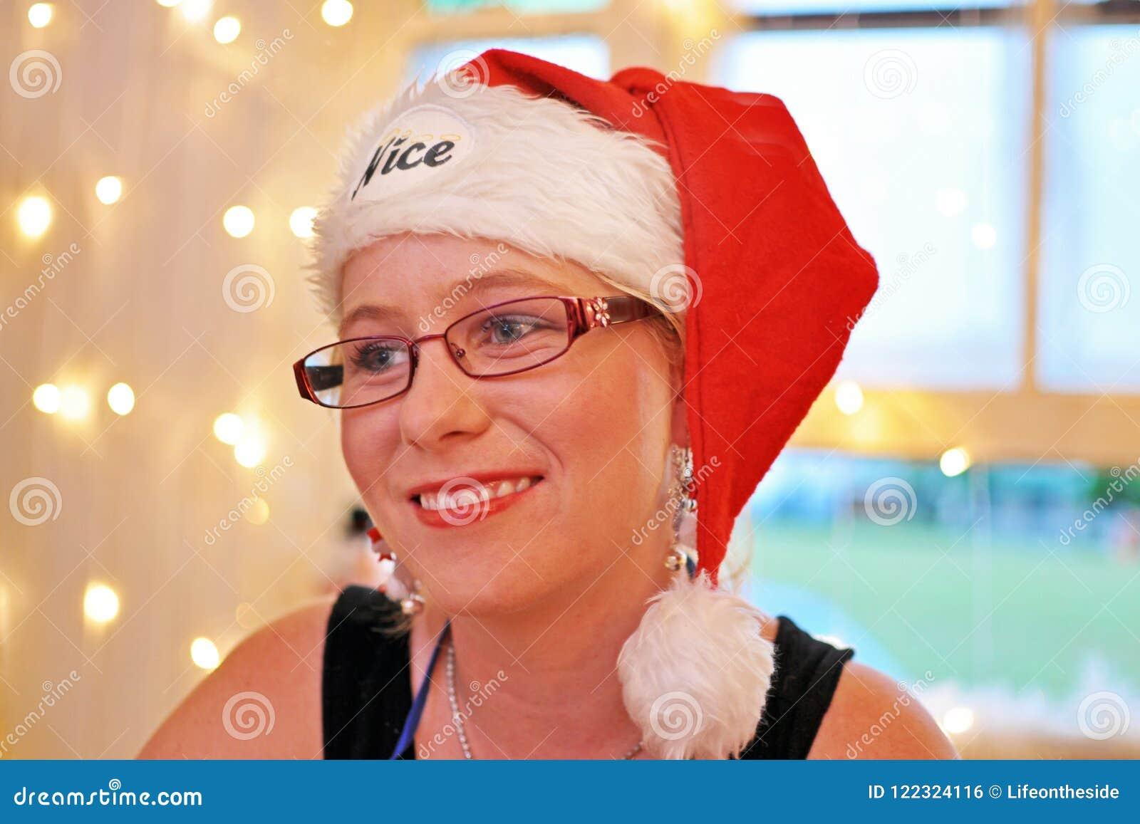 Tiempo sonriente alegre joven de la Navidad de la mujer de la expresión suave del humor del retrato