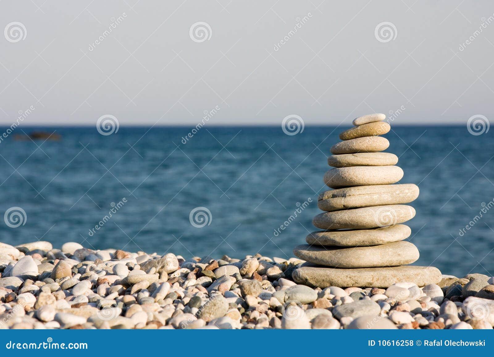 Tien witte kiezelstenen op strand