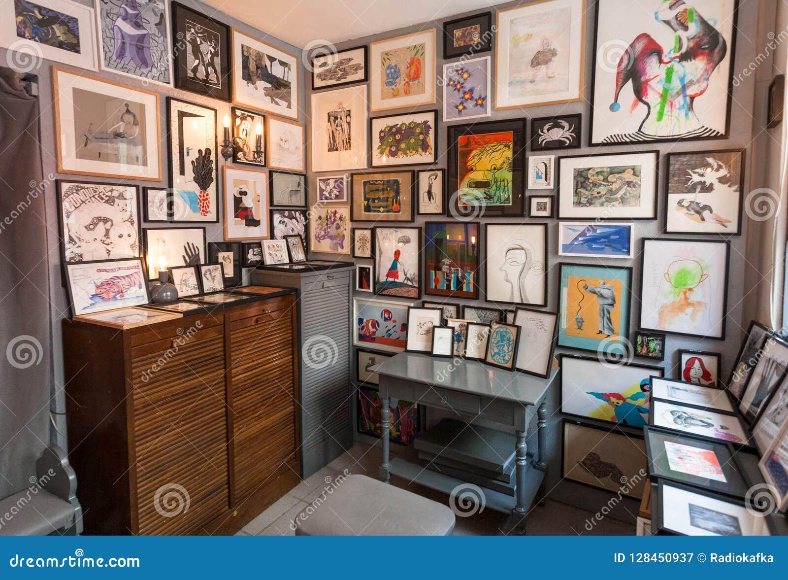 Tienda Artística Con Los Carteles Y Los Dibujos Del Arte En Los