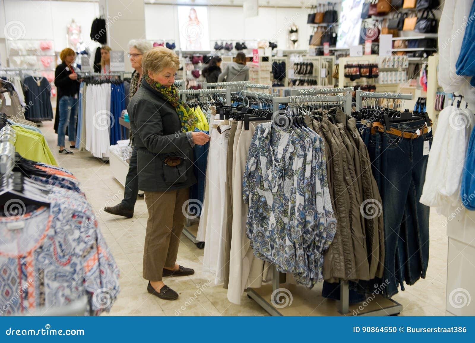 zapatillas de skate mirada detallada muchas opciones de Tienda C&A de la ropa imagen editorial. Imagen de agosto ...