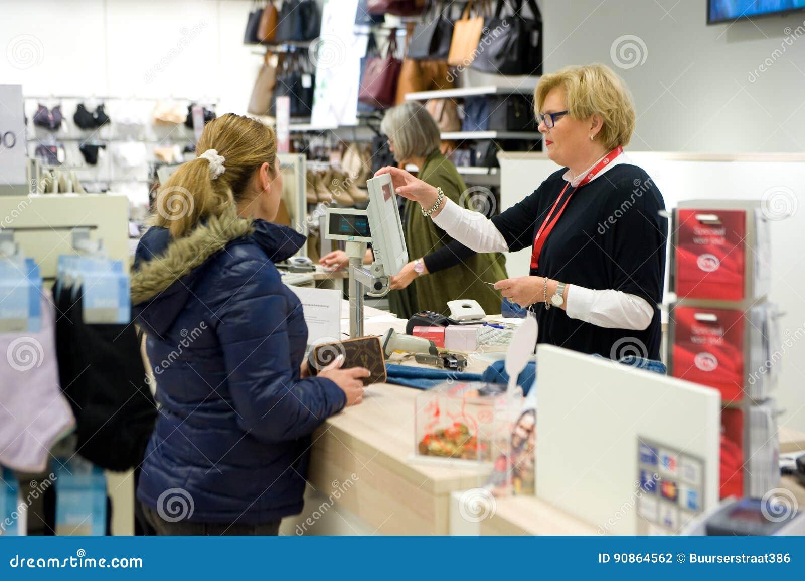 recoger a pies en venta online Tienda C&A de la ropa fotografía editorial. Imagen de cajero ...